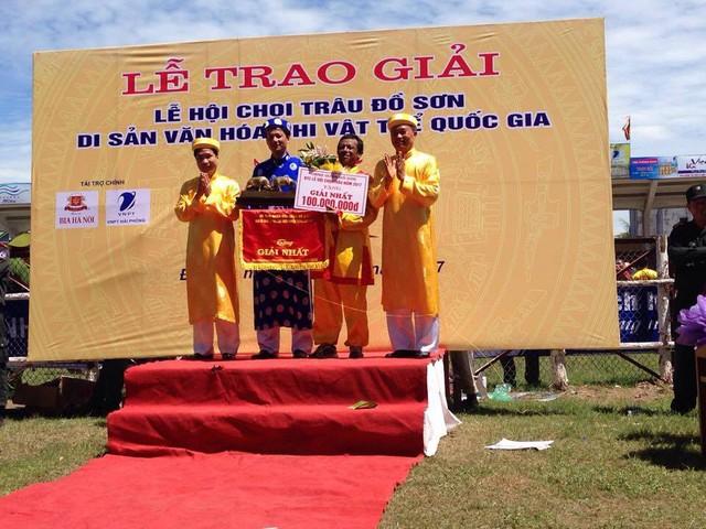 Ban tổ chức trao giải cho chủ trâu số 20 - trâu giành vô địch trong mùa giải năm nay.