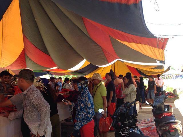 Du khách tham dự lễ hội mua thịt trâu chọi để ăn, làm quà biếu.