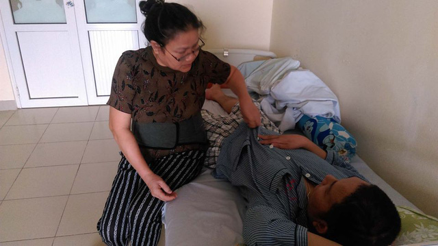 10 năm qua, bà Liên đưa con trai từ bệnh viện này đến bệnh viện khác để chữa bệnh. Ảnh: Ngọc Thi