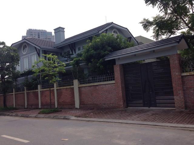 Nơi ở và làm việc của thầy Văn Như Cương phía sau trường với cánh cửa khép kín