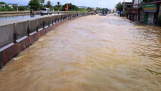 Nước ngập Quốc lộ 1A đoạn qua huyện Hà Trung khiến tuyến đường huyết mạch bị chia cắt