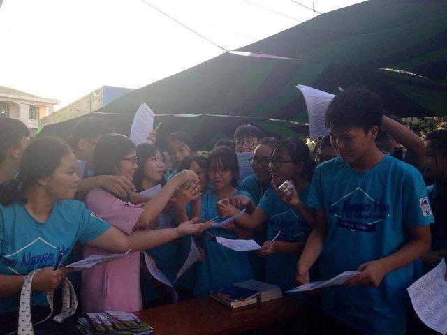 Các em học sinh háo hức nhận quà sau bài kiểm tra từ Thạc sĩ Nguyễn Thị Minh Ngọc.