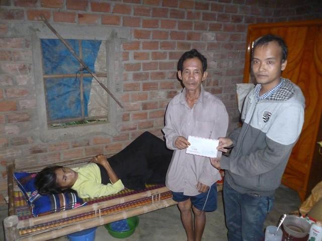 Anh Giang (bên phải) trong một lần giúp đỡ một hoàn cảnh khó khăn. Ảnh: Facebook