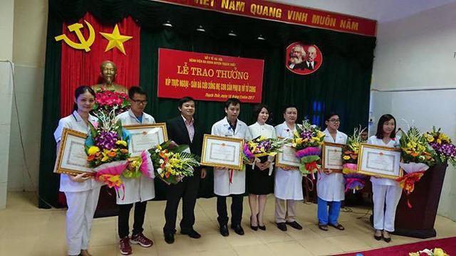 Ông Nguyễn Đình Anh thay mặt lãnh đạo Bộ Y tế tặng Bằng khen của Bộ trưởng cho kíp trực mổ cấp cứu.