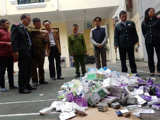 Kiểm tra đột xuất cửa hàng thuốc 69 Thọ Xuân (Huyện Kiến Thụy, Hải Phòng), lực lượng chức năng phát hiện có 29 loại thuốc đặc trị các bệnh huyết áp, tim mạch và kháng sinh các loại không rõ nguồn gốc.