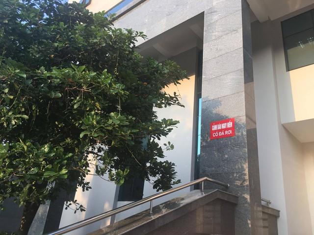 Tấm biển Cảnh báo nguy hiểm có đá rơi được gắn ở mắt trước tòa nhà liên cơ quan tỉnh Bắc Giang
