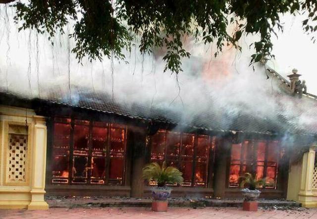 Ngọn lửa bất ngờ bốc cháy trong ngôi đình Lưu. Ảnh: (Bạn đọc cung cấp)