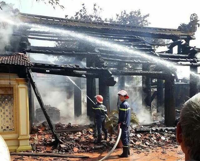 Lực lượng cứu hỏa tiến hành dập lửa