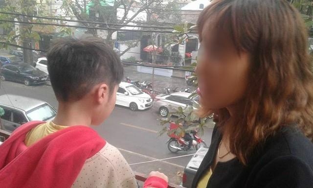 Sau 2 năm sống cùng bố và bị bạo hành dã man, bé K. mới được quay về bên người mẹ đẻ... Ảnh: Nông Thuyết