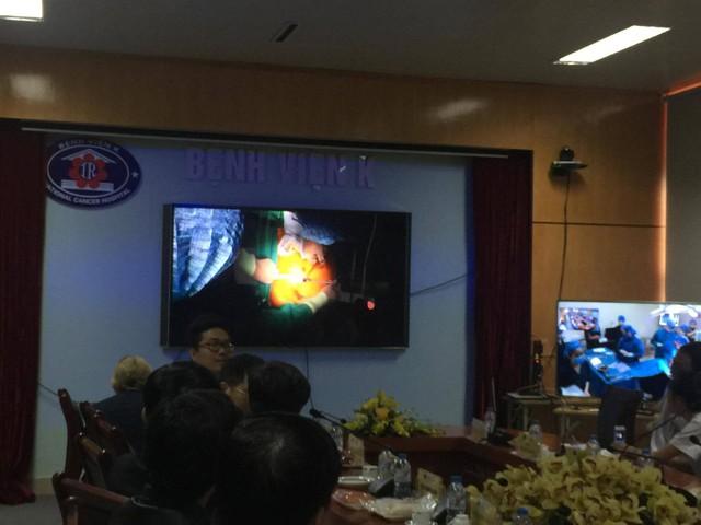 Ca mổ được truyền hình trực tiếp từ phòng mổ đến Hội trường Hội thảo.