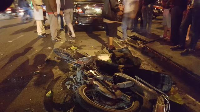 Xe máy bị biến dạng hoàn toàn sau vụ tai nạn.