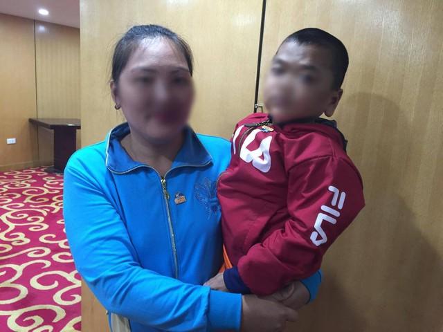 Bé Đ và mẹ tại buổi họp mặt bệnh nhân mắc suy giảm miễn dịch tiên phát. 7 tuổi, bé chỉ nặng 17kg.