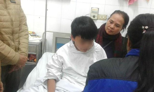 Bé Trương Đức P. là một trong số nạn nhân phải nằm lại viện Việt Đức nhưng rất may là sức khỏe của bé cũng đã khá ổn, có thể ngồi dậy.