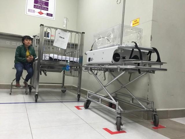 Xe vận chuyển bệnh nhi sơ sinh qua các khoa phòng được Bệnh viện thiết kế đặc biệt, phòng chống nhiễm khuẩn bệnh viện, được đặt gọn gàng (có vạch kẻ đỏ), theo chuẩn 5S (Sàng lọc- Sắp xếp - Sạch sẽ - Săn sóc - Sẵn sàng). Hiện hầu hết các khoa, phòng tại viện đã được tập huấn, thực hiện 5S, đem lại hiệu quả rõ rệt. Việc kiểm soát nhiễm khuẩn được thực hiện tận từng giường bệnh, mỗi giường bệnh nhi tại Khoa Cấp cứu Chống độc được gắn nước rửa tay diệt khuẩn.