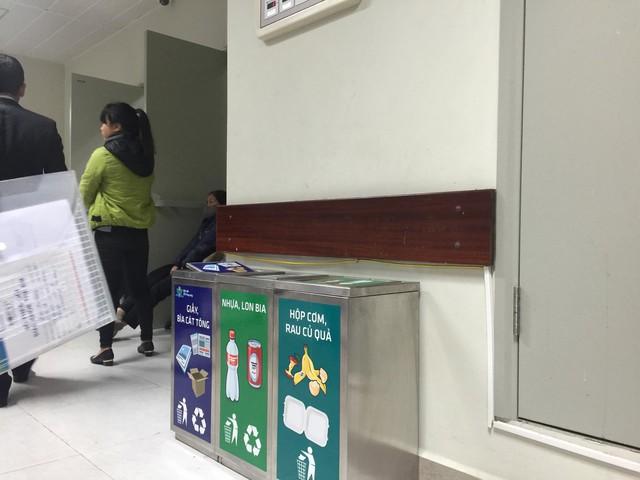 Thùng rác được phân loại từ nguồn với chữ và hình ảnh rõ ràng.