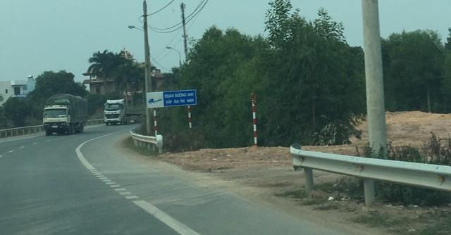 Hộ lan đoạn sát nhà máy gạch Tân Xuyên thuộc xã Tân Dĩnh bị tháo dỡ ngay trước tấm biển cảnh báo Đoạn đường hay xảy ra tai nạn