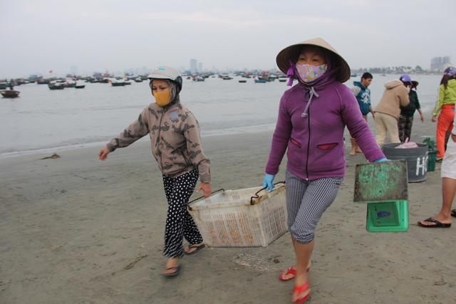 Vận chuyển ruốc đòi hỏi phải khéo tay, nhẹ nhàng nên đa số mua bán ở bờ biển đều là phụ nữ...
