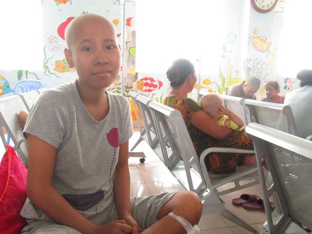 Những tháng ngày trị bệnh trong cô đơn càng khiến Giang khó lòng nở nụ cười... Ảnh: Nông Thuyết