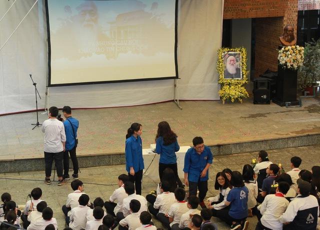 Từ sáng sớm, các thầy cô và học sinh Lương Thế Vinh đã chuẩn bị cho buổi Lễ tưởng niệm và Tri ân PGS.TS Văn Như Cương rất chu đáo.
