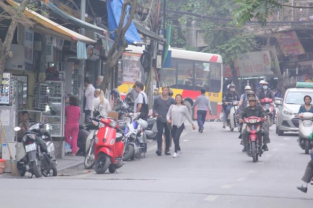 Vỉa hè của cả tuyến phố Lương Văn Can bị chiếm dụng làm nơi để xe khiến cho người đi bộ phải di chuyển dưới lòng đường khi đi qua tuyến phố này.