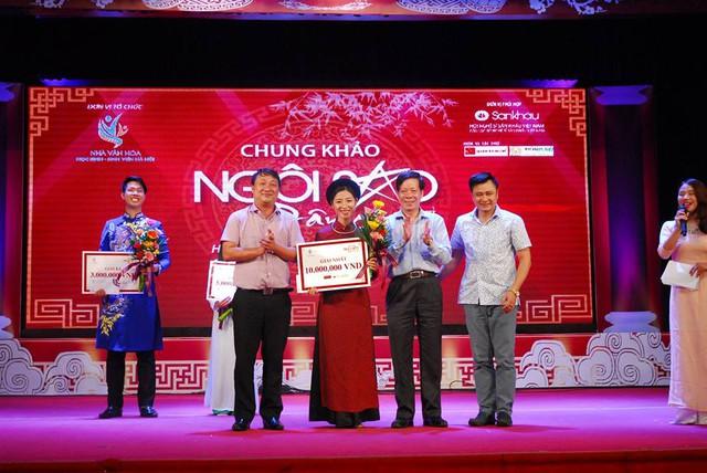 Ông Trương Minh Tiến, PGĐ Sở VH-TT HN trao giải Nhất