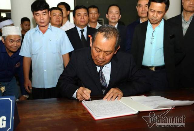 Phó Thủ tướng thường trực Trương Hòa Bình đến viếng và ghi sổ tang (ảnh: Vietnamnet)
