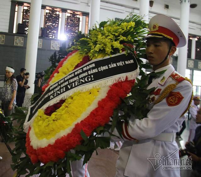 Nguyên Tổng Bí thư Nông Đức Mạnh gửi vòng hoa kính viếng cụ Minh Hồ (ảnh: Vietnamnet)