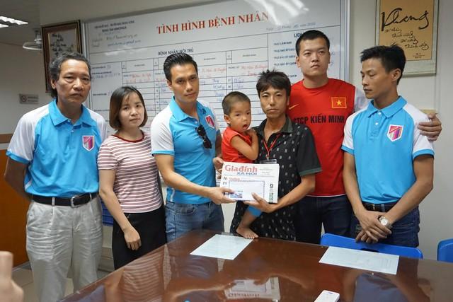 PV Phương Thuận cùng đại diện V-Star Club trao tiền cho cháu Lưu Thế Quyền. Ảnh: Nguyễn Mai