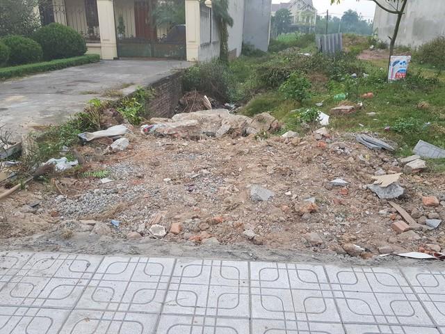 Toàn bộ vật liệu xây dựng đều được Công ty cổ phần xây dựng giao thông I Thái Nguyên vứt bừa bãi dọc công trường thi công.