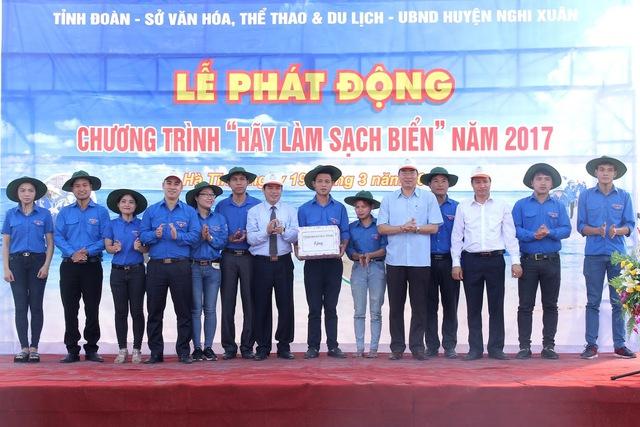 Lãnh đạo tỉnh tặng quà cho DVTN huyện Nghi Xuân