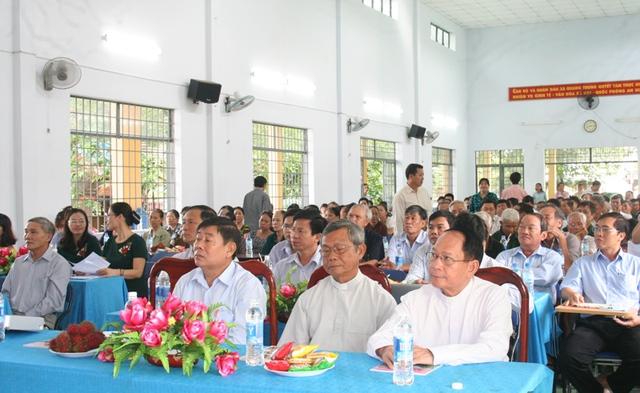 Đông đảo chức sắc tôn giáo cùng đồng bào giáo dân Công giáo, Tin lành tham gia hội nghị.