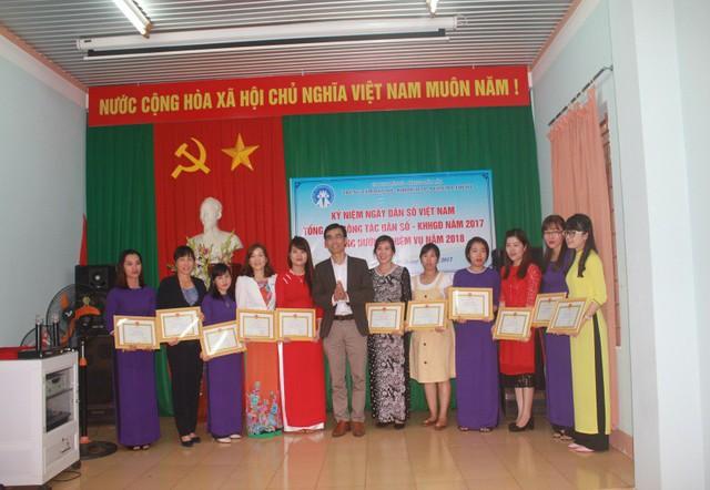 Lãnh đạo Trung tâm Dân số-KHHGĐ tp Buôn Ma Thuột trao giấy khen cho các tập thể và cá nhân.