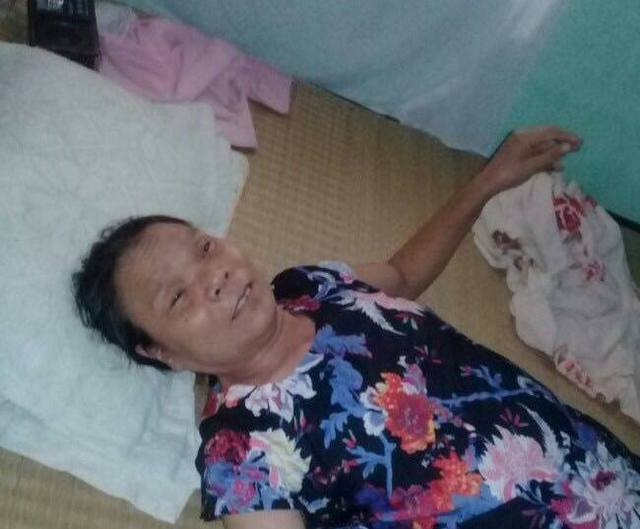 Bà Phạm Thị Huyền nằm bệt ở giường, nhưng rất vui khi có khách tới nhà. Ảnh:A.C