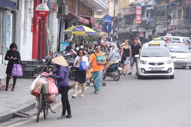 Tại phố Lê Thái Tổ tình trạng tương tự cũng diễn ra, vỉa hè tại phố này bị các nhà hàng chiếm dụng để làm nơi để xe cho khách. Nhiều người, đặc biệt là khách du lịch tỏ ra khó chịu khi di chuyển qua đây.
