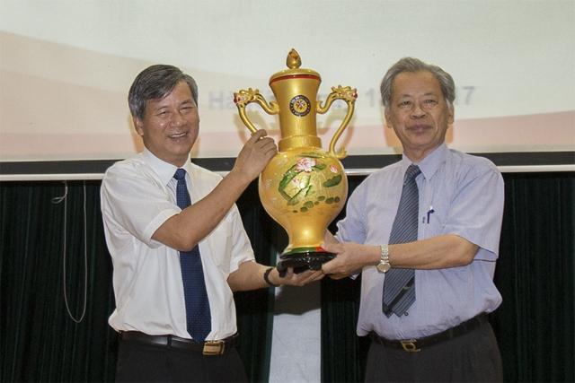 Ông Thang Văn Phúc, Chủ tịch Hội Kỷ lục gia Việt Nam (bìa phải) trao tặng kỷ lục cho GS.TS Nguyễn Anh Trí.
