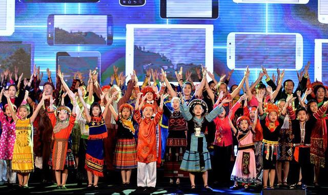 Một phần của dàn hợp ca gồm 108 nghị sỹ gây ấn tượng mạnh.