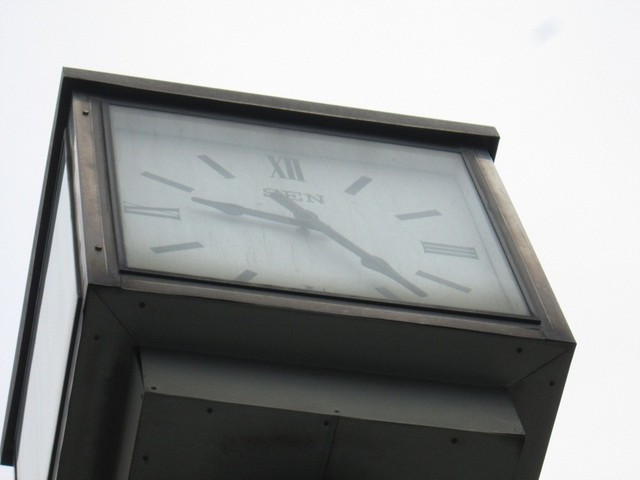 Thời điểm 10 sáng, hai mặt đồng hồ chỉ vào khoảng gần 9h25 phút.