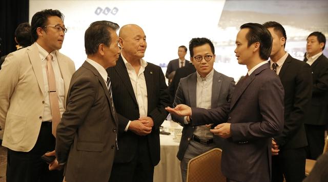Chủ tịch Tập đoàn FLC Trịnh Văn Quyết (bên phải) trao đổi với các nhà đầu tư Nhật Bản.