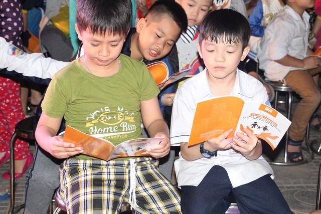 Hơn 200 cuốn Tài liệu Tuyên truyền Kỹ năng Phòng chống xâm hại tình dục trẻ em cũng được phát miễn phí cho các cư dân đến tham dự chương trình