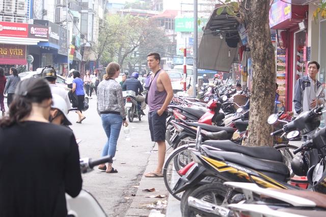 Tại phố Cầu Gỗ người đi bộ cũng bị đẩy xuống lòng đường.