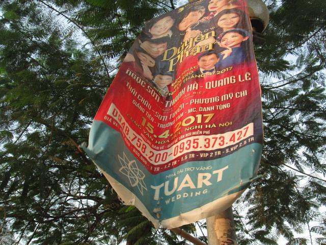 Một tấm pano quảng cáo trên đường Lê Đức Thọ được treo từ lâu và đã trở nên nhem nhuốc nhưng vẫn không được thu dọn. Hình ảnh như thế này không hề khó tìm trên đường phố Hà Nội hiện nay.