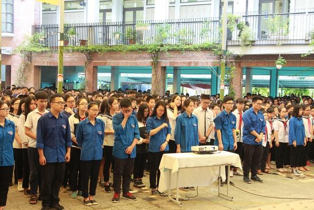 Nhiều học sinh không kìm được nước mắt khi xem lễ viếng của người thầy đáng kính diễn ra trên Nhà tang lễ Quốc gia, số 5 Trần Thánh Tông qua kênh trực tiếp youtube.