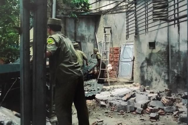 Những hình ảnh bà Lụa cung cấp cho báo chí để chứng minh việc cán bộ phường Khương Thượng vào đập phá nhà bà trái pháp luật.