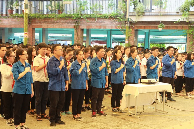 Học sinh hát bài hát truyền thống của trường.