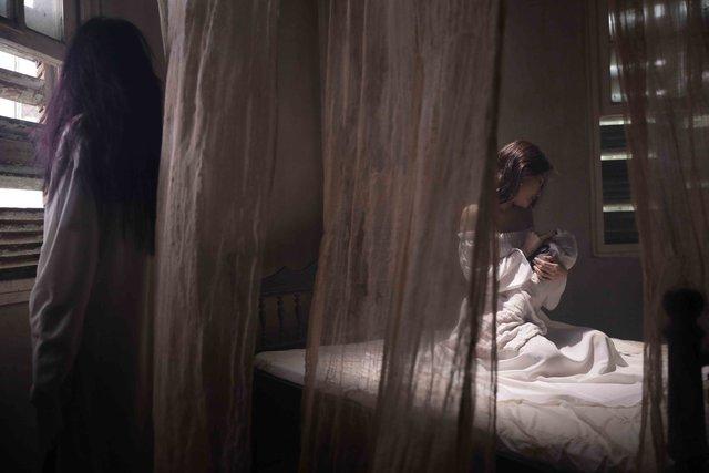 """MV mới """"Tình yêu xa rồi"""" có sự đan xen lồng ghép những cảnh quay ca sĩ đang thể hiện bài hát ở phòng thu và các trích đoạn phim không chỉ lãng mạn mà còn khá nóng bỏng và táo bạo và không kém phần ma mị của cặp đôi chính do hai diễn viên Tuấn Trần và Phi Huyền Trang thể hiện. MV khiến người xem liên tưởng đến một câu chuyện tình yêu đầy chất thơ nhưng cũng nhiều oan trái, chia lìa."""