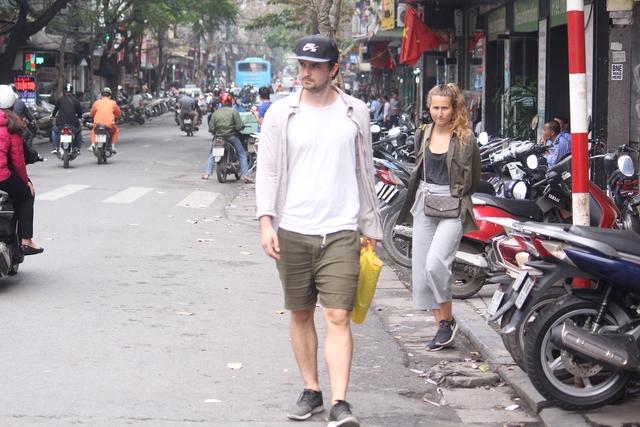 Đầu phố Hàng Nón nhiều người cũng phải di chuyển xuống lòng đường vì vỉa hè bị biến thành nơi để xe.