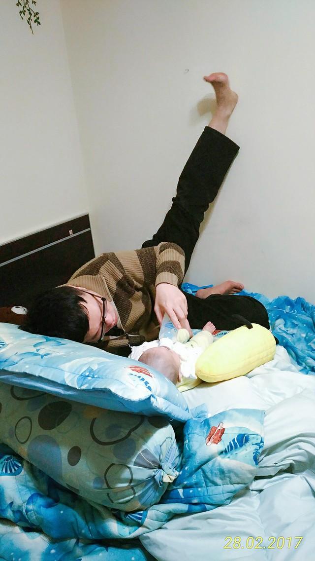 Đến thay vợ chăm sóc con mà chẳng ngại ngần gì...