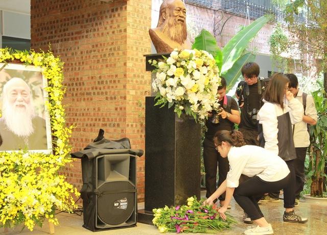 Đặt hoa và hạc giấy trong buổi lễ tưởng niệm.