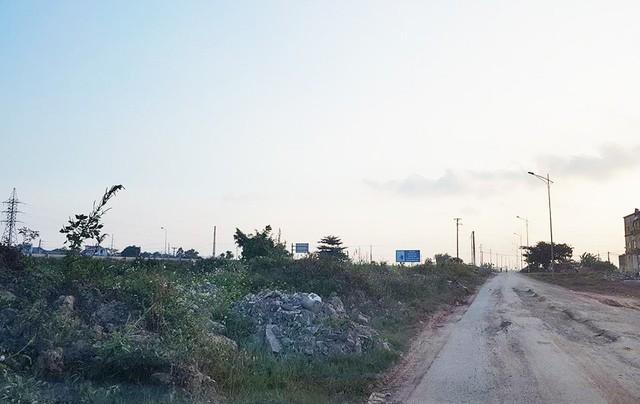 Bùn thải và vật liệu thừa đổ bừa bãi ở dải phân cách giữa đường gom và cao tốc