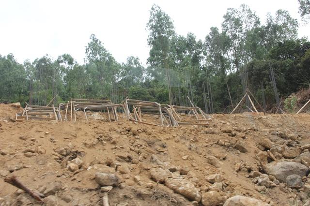 Trong lúc đó, theo ông Trần Viết Phương - Phó giám đốc Sở NN&PTNT Đà Nẵng thì vùng đất mà dự án đang triển khai không còn là đất rừng mà là đất khác. Hiện trạng rừng ở đây là đất trống, rừng nghèo. Lực lượng kiểm lâm cũng thường xuyên kiểm tra giám sát và không vi phạm ranh giới. Đất này cũng không phải là đất của quân đội nữa.